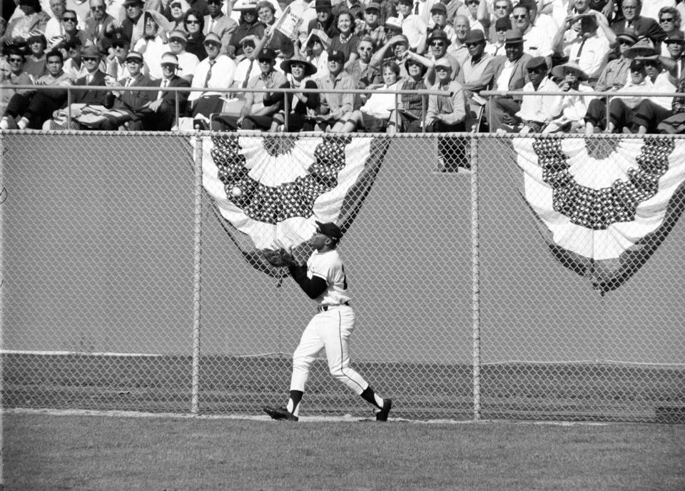 Willie Mays Making a Basket Catch, 1962 World Series | Neil Leifer