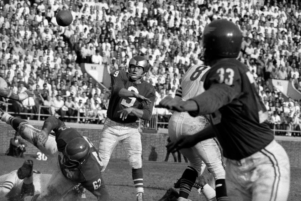 Eagles Quarterback Sonny Jurgenson Passing
